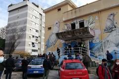 Incendio all'ex Socrate, migranti contro il Comune