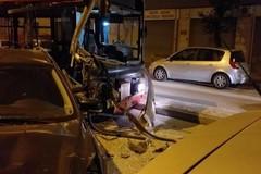 Bus Amtab  sbanda e finisce sulle auto in sosta, evitava un cinghiale?