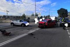 Scontro frontale tra due auto in via Fanelli, un ferito in codice rosso