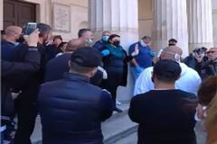 Coronavirus, in piazza a Bari la rabbia di commercianti e dipendenti