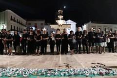 """Bagno in mare vestiti di rosso, barchette di carta e """"Bella Ciao"""" in Puglia per contestare Salvini"""