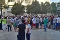 """Bari, manifestazione contro la """"puzza"""", Schingaro: «Non c'è tossicità»"""