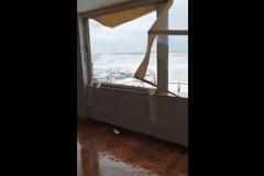 """Ristorante Santa Lucia flagellato dalla mareggiata a Bari, il proprietario: """"Colpa dei frangiflutti ormai sprofondati"""""""