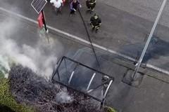 Quartiere San Paolo, in fiamme una pensilina Amtab