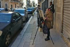 Bari, pittrice per strada al Libertà