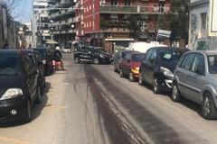 Bari, camion perde olio in corso Benedetto Croce. Caos e incidenti
