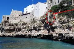 Polignano, cadono in mare pezzi di roccia a Lama Monachile. Stop alla balneazione