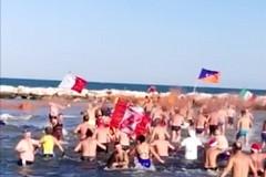 Marcialonga nicolaiana, a Bari si rinnova la tradizione del bagno di capodanno