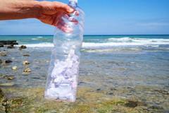 Mola di Bari, dal mare spunta una bottiglia con messaggi scritti durante il lockdown