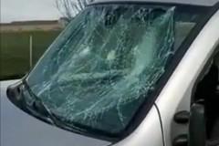 Le auto distrutte dopo gli scontri fra ultras di Bari e Lecce