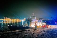 """Mola di Bari, 60 migranti sbarcano nella notte. Il sindaco: """"Mi vergogno per i commenti razzisti sui social"""""""