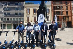 """""""Monopattini sharing"""" a Bari, arrivano altri 500 mezzi. Decaro: «La città non si ferma per i vigliacchi»"""