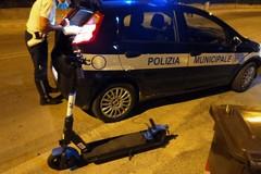 Eccesso di velocità sui monopattini e abbandono mozziconi in strada, scattano le sanzioni a Bari