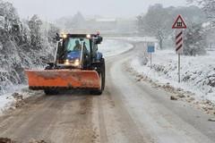 Neve in provincia di Bari, mezzi spargisale al lavoro. Disagi alla circolazione