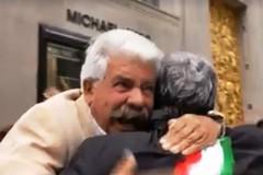 Columbus Day, l'abbraccio del pugliese emigrato ad Emiliano è virale