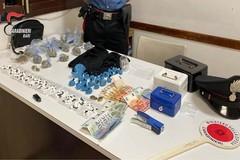 Spacciano droga nel centro di Noicattaro, ai domiciliari un 18enne e un 28enne