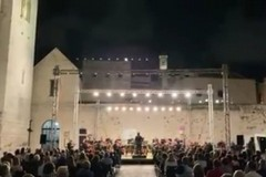 L'orchestra del Petruzzelli suona sul sagrato della basilica di San Nicola