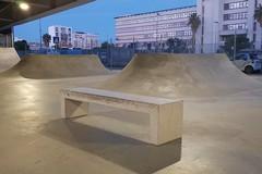 Bari, una panchina trasportata al centro dello skatepark. Petruzzelli: «Gruppo di imbecilli»