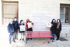 Cgil e Comune contro la violenza di genere, a Bari vecchia le panchine si tingono di rosso