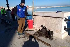 Retake Bari ripulisce il lungomare, in acqua passeggino e transenna fra i rifiuti