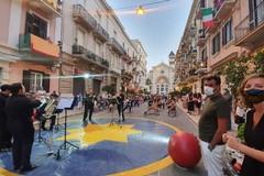 """Bari, a Madonnella l'esperimento delle """"piazze verticali"""". Decaro: «Spettacolo va dai cittadini»"""