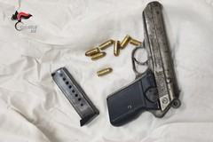 Casamassima, in cantina nascondeva una pistola illegale. Arrestato 19enne