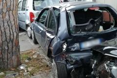 Bari, auto sbanda e finisce contro le macchine parcheggiate. Due feriti