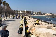 Mola, via rifiuti e scritte dal piazzale del castello. Intervengono Legambiente e Retake Bari