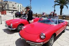 A Bari il raduno di auto storiche. Nella città vecchia sfrecciano i bolidi d'epoca