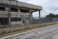 """Bari, al San Paolo il vento fa crollare l'impalcatura del cantiere """"abbandonato"""""""