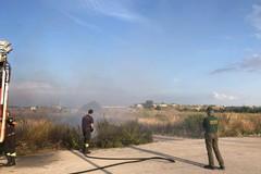 Bari, bruciano rifiuti e sterpaglie sulla SS 100