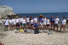 San Giorgio, i volontari di Retake Bari e Motus Project puliscono la spiaggia