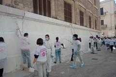 Liceo Flacco, studenti e volontari di Retake Bari ripuliscono la facciata