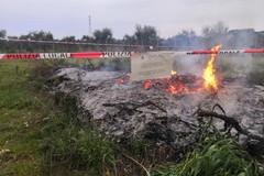 Bari, bruciano rifiuti speciali in un terreno: due denunce e area sequestrata