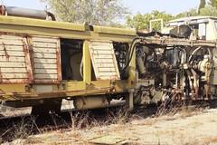 Vagoni abbandonati e rifiuti pericolosi scoperti in provincia di Bari: area sequestrata