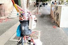 Bari, un tappeto di rifiuti in piazza Cesare Battisti dopo le lauree