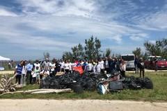 Bari, volontari e cittadini ripuliscono il litorale di Pane e Pomodoro