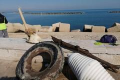 Retake Bari ripulisce il lungomare: sanitari, copertoni e vecchie bici fra i rifiuti