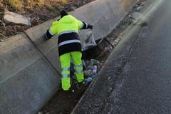 Palese, ripulito il canale di scolo ostruito dai rifiuti lanciati dalle auto