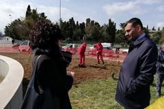 """Dipendenti della Bari Multiservizi """"adottano"""" la rotatoria del cimitero. Sarà pronta a Pasqua"""