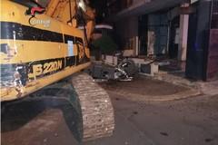 Santeramo, con furgone ed escavatore cercano di rubare un bancomat. I carabinieri sventano il furto