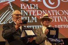 Bif&st, Carlos Saura accompagnato da Vittorio Storaro ritira il Federico Fellino Platinum Award