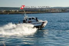 Guardia Costiera a sirene spiegate a Bari in supporto dei lavoratori del mare