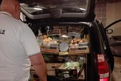 Vende frutta e verdura per strada, denunciato