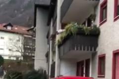Lite tra pugliesi in Trentino, si sporge troppo e cade dal balcone