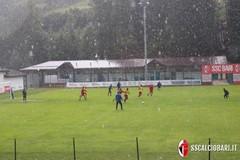 SSC Bari, allenamento sotto la pioggia a Bedollo. Oggi la presentazione delle maglie