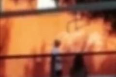 Vandali in azione nella scuola Fraccacreta di Palese, compaiono svastiche sui muri