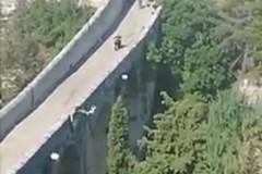 James Bond in Puglia, la controfigura di Daniel Craig salta dal ponte di 45 metri