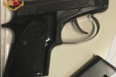 In giro a San Girolamo con una pistola rubata nel 2014, arrestato 18enne