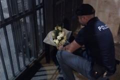 Bari omaggia i due agenti uccisi a Trieste, un cittadino deposita fiori davanti alla questura